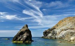 Rotsachtige overzeese kust bij middag Stock Afbeeldingen