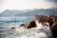 Rotsachtige overzeese kust en golven het bespatten Royalty-vrije Stock Foto's