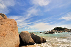Rotsachtige overzeese kust en hemel Royalty-vrije Stock Foto