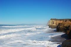 Rotsachtige Overzeese kust in Kerstman Cruz, Californië royalty-vrije stock foto's