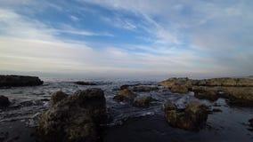 Rotsachtige overzeese kust op een de herfstdag stock videobeelden