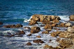 Rotsachtige overzeese kustlijn Royalty-vrije Stock Foto