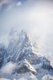 Rotsachtige pieken die met sneeuw in Franse Alpen worden behandeld Royalty-vrije Stock Afbeeldingen