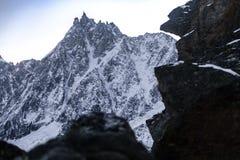 Rotsachtige pieken van de Franse Alpen bij zonsopgang met een mening van Aiguille du Midi Stock Foto's
