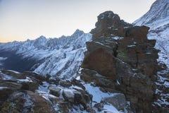 Rotsachtige pieken van de Franse Alpen bij zonsopgang met een mening van Aiguille du Midi Stock Foto