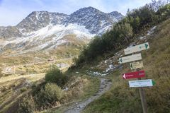 Rotsachtige pieken van de Franse Alpen op de manier aan Mont Blanc Stock Afbeelding