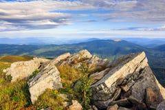 Rotsachtige richel bij de bergbovenkant Stock Fotografie