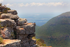 Rotsachtige richel die een bergvallei overzien royalty-vrije stock fotografie