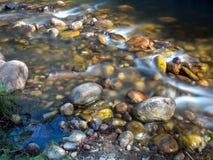 Rotsachtige rivier in de bergen stock foto