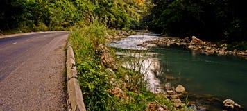Rotsachtige rivier toneelweg Stock Afbeelding
