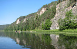 Rotsachtige rivieroever Stock Foto's