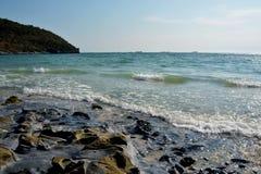 Rotsachtige strand en branding Stock Foto