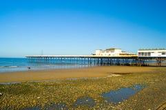Rotsachtige strand en pijler royalty-vrije stock fotografie