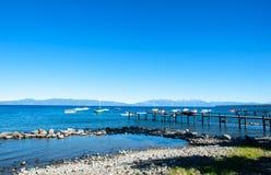 Rotsachtige strand en pijler zoetwater het meersiërra Nevada Mo van Meertahoe royalty-vrije stock foto's