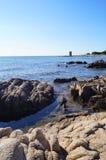 Rotsachtige strand en steentoren Royalty-vrije Stock Fotografie