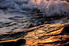 Rotsachtige strandzonsondergang Royalty-vrije Stock Foto's