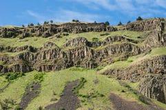 Rotsachtige vulkanische dagzomende aardlagen op heuvel Royalty-vrije Stock Afbeelding