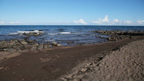 Rotsachtige vulkanische strandstrand en golven stock footage