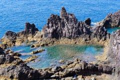 Rotsachtige vulkanische vorming bij kustlijn van het eiland Madera stock foto's