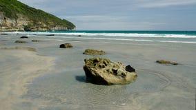 Rotsachtige waterkant op Afscheidsspit, op de westkust van Nieuw Zeeland stock afbeelding