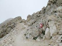 Rotsachtige weg in wolken in Apennine-Bergketen stock foto