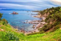 Rotsachtige zeekust, Middellandse Zee, Cyprus, reisachtergrond stock fotografie