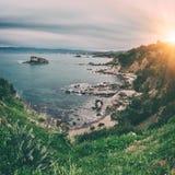 Rotsachtige zeekust, Middellandse Zee, Cyprus, reisachtergrond royalty-vrije stock fotografie