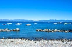 Rotsachtige zoetwater het meersiërra Nevada Mountains van Tahoe van het strandmeer, stock foto