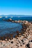 Rotsachtige zoetwater het meersiërra Nevada Mountains van Tahoe van het strandmeer, stock afbeelding