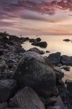 Rotsachtige zonsondergang stock afbeelding