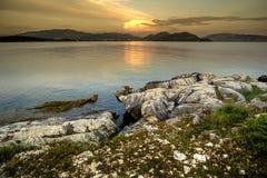 Rotsachtige zonsondergang op zee Royalty-vrije Stock Afbeelding