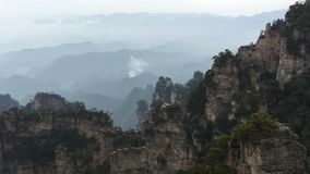 Rotsbergen bij het Nationale Park van Zhangjiajie in Hunan, China stock video