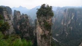 Rotsbergen bij het Nationale Park van Zhangjiajie in Hunan, China stock videobeelden