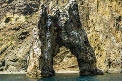 Rotsboog in de wateren van de Zwarte Zee in het nationale Park van Stock Foto