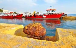 Rotschiffe an Eleusis-Hafen Griechenland Stockfoto