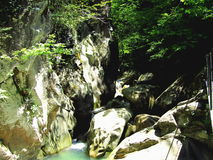 Rotsdam over de rivier Stock Afbeelding