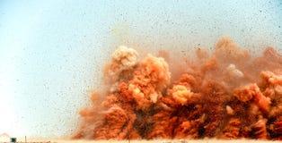 Rotsdeeltjes in de lucht na de ontploffing stock afbeelding