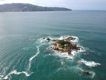 Rotseiland dichtbij Acapulco-Baai Lucht Hoogste Mening, Mexico royalty-vrije stock afbeeldingen