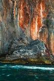 Rotseiland en rode stenen op blauwe tropische overzees, Filippijnen Stock Fotografie