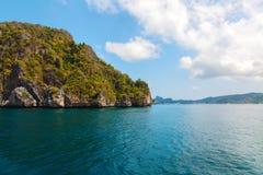 Rotseiland op blauwe tropische overzees, PhilippinesBoracay-eiland Stock Afbeeldingen