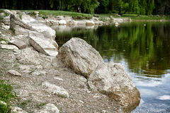 Rotsen aan de meerkant Stock Foto