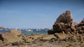 Rotsen bij de kust van Haven Blanc Bretagne Frankrijk stock footage