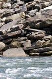 Rotsen bij de Rand van Rivieren stock foto's