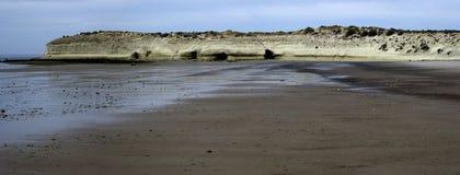 Rotsen bij het overzees at low tide Stock Afbeelding