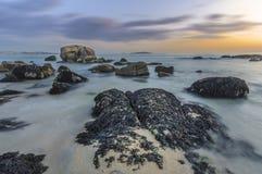 Rotsen bij het strand Stock Foto's