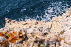 Rotsen bij kust van Adriatische overzees, Middellandse-Zeegebied, close-up Lucht hoogste mening van overzeese golven die rotsen o Royalty-vrije Stock Foto