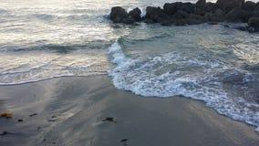 Rotsen bij strand royalty-vrije stock afbeeldingen