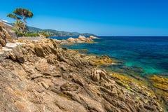 Rotsen bij strand in Menerbes, Kooi D ` Azur Stock Afbeeldingen