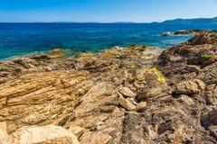 Rotsen bij strand in Menerbes, Kooi D ` Azur Stock Fotografie