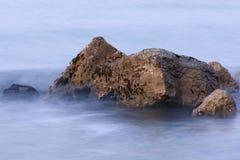 Rotsen in de mist Royalty-vrije Stock Afbeeldingen